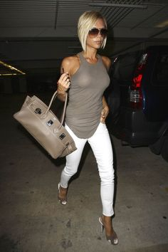 Victoria Beckham in all her elegance. Natural t-shirt + white #skinny pants. Beautiful outfit!