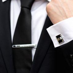 Setul de nunta format din butoni camasa dreptunghiulari cu dungi verticale si ac cravata argintiu cu o pata discreta de culoare neagra reprezinta o alegere eleganta pentru orice tip de nunta de la clasic la modern. Butonii de camasa si acul de cravata se asorteaza oricarui costum de ceremonie sau de ocazie, fie ca mergi la Starea Civila, la biserica sau la restaurant. Butonii dreptunghiulari cu dungi negre alaturi de acul de cravata argintiu reprezinta cadoul ideal pentru un viitor mire… Tie Clip, Costumes, Fashion, Moda, Dress Up Clothes, Fashion Styles, Fancy Dress, Fashion Illustrations, Tie Pin