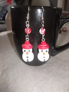 """3 paire boucle d'oreilles bonhomme de neige avec sa perle """"spéciales Noël"""" Matériaux utilisés : Fimo , Pâte polymère  3 paires de boucles d'oreilles bonhomme de neige avec leur petite perles   pour les fin d'année c 'est 3 paires pour le pris de 2 profiter c'est noël .  je peux aussi les faire en une autre couleurs si vous désirez( A me le dire au moment de la commande pour les changements de couleurs)"""