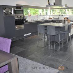 Keuken met antraciet grijs als basiskleur, met bijpassende Mustang leisteen tegelvloer.