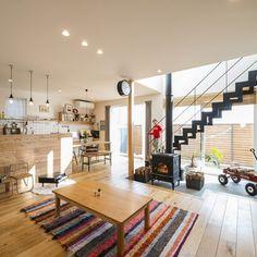 . 玄関から広がる広い土間に薪スト―ブを配置。 これで掃除も楽々です。 壁を有孔ボード(ペグボード)にして 薪割り用の斧や遊び道具を見せる収納に。 . 吹抜けの階段とともに伸びる煙突のおかげで 家全体が過ごしやすい温かさに。 #玄関#土間#リビング#ダイニング#キッチン#薪ストーブ#有孔ボード#ペグボード#吹抜け階段#セミオープンキッチン#ペンダントライト#造作食器棚#自分らしい暮らし #デザイナーズ住宅 #注文住宅新築 #設計士と直接話せる #設計士とつくる家 #コラボハウス #インテリア #愛媛 #香川 #新築 #注文住宅