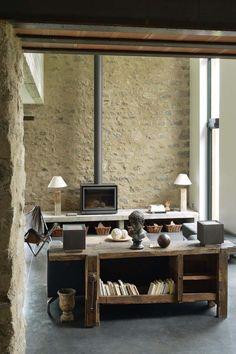 Dans le salon, pierre apparente et bois brut