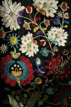 Love flowers and black background. Favorite peasant dress was tiny pink roses on black. Folk Embroidery, Embroidery Stitches, Embroidery Patterns, Learn Embroidery, Textiles, Floral Drawing, Fabric Art, Drapery Fabric, Embroidery Techniques