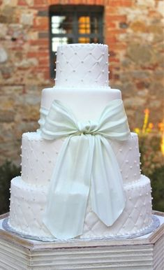You can never go wrong with adding a bow to your #wedding cake! {L'Arte Della Torta di Melanie Secciani}