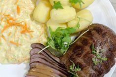 Elgstek med kål- og gulrotstuing og brun saus Norwegian Food, Mozzarella, Steak, Beef, Brunette Woman, Meat, Steaks
