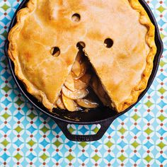 Tarte aux pommes dans une poêle  en fonte Pie Dessert, Dessert Recipes, Desserts, Mcintosh Apples, Skillet, Apple Pie, Baked Goods, Sweet Tooth, Snacks