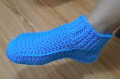 Receita de Tricô: Botinha em tricô para adultos Hand Knitting, Knitting Patterns, Knitted Slippers, Suzy, Free Pattern, Socks, Pasta, Knit Jacket, Crochet Slippers