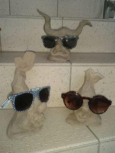 Brillenständer noch vor dem Brand (lediglich Schrübrand); später werden die Teile lackert, um die empfindliche Brillenfassung zu schonen. Shades, Sunglasses, Flowers, Dime Bags, Nice Asses, Sunnies, Sunnies, Eyeshadow, Blinds