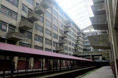 Загадка угрюмых балконов http://kleinburd.ru/news/zagadka-ugryumyx-balkonov/  В Нью Йорке есть много уникальных мест. Например здесь можно побывать в парке-кладбище, выпить на поднятом со дня моря плавучем маяке, или посетить самую дорогую в мире станцию метро. Но есть у нас в городе и более странные места! Сегодня мне довелось в одном из них побывать впервые, хотя я много раз о нём слышал. […]