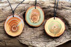 Holzanhänger - grüner*Boho-Schmuck*Naturschmuck*Mittelalter*Zirbe - ein Designerstück von TirolZirbe bei DaWanda