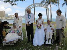 2組が金婚式を挙げた。  今まで一緒に歩んできたカップルが人生の節目でもう一度愛を誓い合うという「バウ・リニューアル(新たな誓い)」が、ハワイでははやっているようだ。