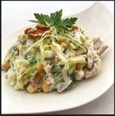 Merhaba, Tavuklu salata için malzemelerimiz; • 1 adet küçük marul ya da göbek salata • 5-6 dal maydanoz • 1 adet haşlanmış ve ufak didiklenm...