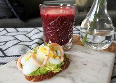 Smörgås med avokado, ägg och kaviar samt en favoritjuice med rödbeta, äpple, morot, citron och ingefära.