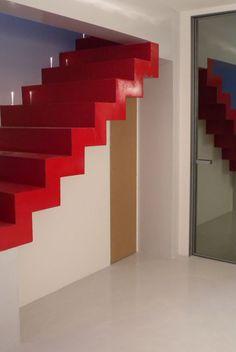 Scala protagonista! In questo ambiente la scala è rossa in contrasto con i colori chiari di pavimenti e rivestimenti.