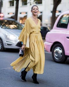 I don't think that a color leaves the scene entirely to give space to another. In my opinion, one becomes the trend of the moment and, therefore, appears more often. Now, it's time for yellow outfits to reign.