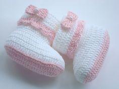 botinha feita a mão em crochê. cor;branca e rosa. material;linha 100% algodão. detalhe:laçinho de crochê . tamanho; 8 cm de comprimento para bebê de 0 a 2 meses,para outros tamanhos e cores entre em contato,os tamanhos variam de acordo com o tamanho de cada bebê. Crochet Slipper Boots, Crochet Baby Shoes, Crochet Baby Booties, Crochet Slippers, Knitted Baby Outfits, Crochet Baby Poncho, Baby Knitting, Crochet Bow Pattern, Business Baby