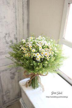 【野の花ブーケ】「野原で摘んだ様なブーケ」が人気ですね!いつもは「野の花風」にブーケをお作りしていますが、先日レッスンの合間に、本当に野原で摘んだ花でブーケを作ってみました。あ、売り物ではないですよ!近くの空き地で摘んだ花ですから(笑)でも、なかなか カワ(・∀・)イイ!!野の花らしく、麻紐で結んで。なんだか、とっても楽しかったです。一人で大満足でした^^ またやりたいなぁ♡インスタグラムブーケ、装花のデザインがご覧いただ...