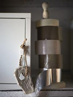 Lepiace pásky uložené na držiaku na kuchynské utierky.