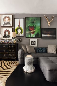 Dono de galeria tem casa repleta de objetos e móveis garimpados (Foto: Beto Riginik)