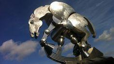 """PLASTIK - Der Berufsverband Bildender Künstler Berlins bezeichnete das rollende Pferd einst als """"Misshandlung des öffentlichen Raumes"""", dabei hatte der Künstler Jürgen Goertz die Vision, ein Mischwesen aus Skulptur und Architektur zu schaffen. Kunst liegt halt immer im Auge des Betrachters. Aufgenommen mit einemiPhone 4."""