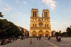 Fachada central de Notre Dame, com destaque aos 3 portais, Galeria dos Reis, Rosácea Central e suas duas torres
