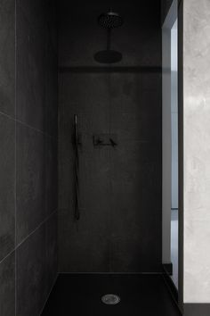 Badezimmer Duschkabine-schwarze fliesen-texturiert