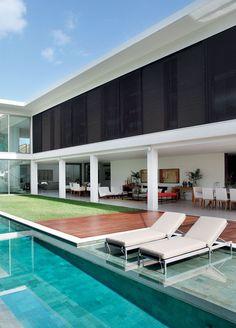 Residência na Barra da Tijuca, 800 m² / Projeto de Interiores de Paola Ribeiro #facade #pool                                                                                                                                                     Mais