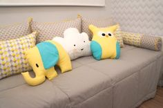 Quarto de bebê com enxoval amarelo, cinza e azul tiffany. Almofadas lúdicas. Almofada de coruja, elefante e nuvem. Estampa chevron .- Yellow and grey baby bedroom decor.
