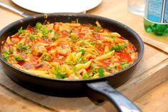 En virkelig lækker pasta med spidskål, der tilberedes med lynstegt svinemørbrad og tomatsauce. Retten er klar på et kvarters tid. Foto: Guffeliguf.dk.