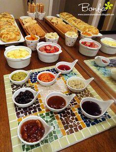 Servir os complementos em pequenas porções é sempre uma ótima ideia para festas onde várias pessoas ficam espalhadas! Pois assim eles conseguem se servir a vontade, sem criar um congestionamento em uma mesa somente! #Festeggiare