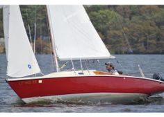 Pearson Ensign #Yacht - Side view. SailBoat Design by Carl Alberg. Boatyard: Pearson Yachts. Year: 1962. Find out more at: http://www.barcheyacht.it/scheda-tecnica/pearson-yachts-ensign-pearson/