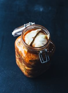 Kimchi er en ældgammel måde at konservere grøntsager på, og i Korea spiser man…