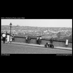 Pohled na Prahu (2331-1) • Praha, srpen 1963 • | černobílá fotografie, vyhlídka, panorama, Hradčanské náměstí, motorka, lampa |•|black and white photograph, Prague|