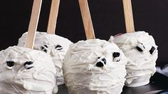 "Treat these mummy-shaped candy apples– perfect ""Scary"" dessert for Halloween that's ready in 25 minutes!"