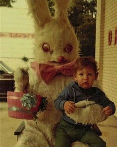 The only thing worse than a creepy Santa is a creepy Easter Bunny. Check out these funny Easter pics and be grateful it's not you in the photo! Vintage Bizarre, Creepy Vintage, Donnie Darko, Images Terrifiantes, Easter Bunny Pictures, Bunny Pics, Arte Alien, Darwin Awards, Images Vintage