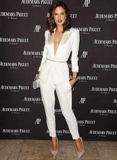 Alessandra Ambrosio, total white, blazer branco decote v, calça branca, scarpin nude