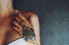 40 Delicate Henna Tattoo Designs http://www.sortra.com/40-delicate-henna-tattoo-designs/