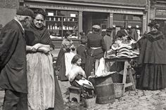 VICTORIAN ENGLAND Pictures of times past: Forgotten photographs give a rare and fascinating insight into Century city l. Victorian Street, Victorian Life, Victorian London, Victorian Photos, Newcastle, Covent Garden, Old Pictures, Old Photos, Vintage Photographs