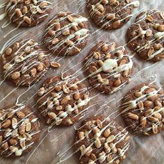 Pflaumen-Erdnuss-Cookies mit weißer Schokolade
