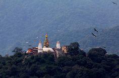 Kathmandun laakso, Nepal - maan kehittyneintä ja tiheimmin asuttua aluetta. Hienoimmat maisemat laaksoon ja takana kohoaviin Himalajan huippuihin aukeavat Nagarkotin kylästä. (Mondo 1/16)