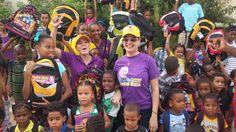 Fundación Pedro Mota entrega mochilas y útiles escolares en comunidades de SDN