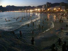 No último domingo do ano, Rio tem noite de praia cheia no Arpoador Sensação térmica chegou a 45ºC em Guaratiba. Com calor e mar calmo, cariocas e turistas lotaram as praias.