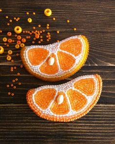 """191 kedvelés, 11 hozzászólás – Irina Akinina (@miravetrennaya) Instagram-hozzászólása: """"Мы делили апельсин, много нас,а он один 🍊 #ручнаяработа #брошьизбисера #брошьдолька #handmade…"""""""