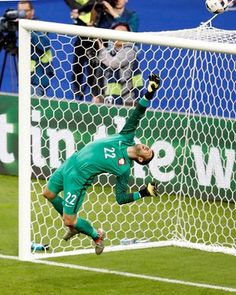 Lukasz Fabianski makesthe save from Ozil.