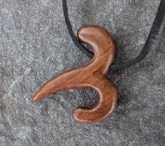 Znamení+zvěrokruhu+-+beran+Šperk+je+ručně+vyřezávaný+z+ořešákového+dřeva,+povrchová+úprava+šelakováním,+je+zavěšen+na+kožené+šňůře+cca+2+x+1mm,+délka+cca+80cm+(délku+závěsu+lze+posunutím+upravit).+Výška+2,8cm,+šířka+2,5+cm,+tl.+0,5+cm.+Beran+21.3.+-+20.4.+
