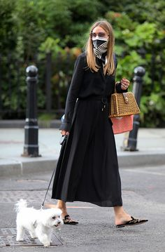Olivia Palermo donning pointy black mules with embroidered Olivia Palermo pointy black mules Olivia Palermo Street Style, Estilo Olivia Palermo, Olivia Palermo Winter Style, Olivia Palermo Outfit, Estilo Lady Like, How To Wear Leggings, All Black Outfit, How To Wear Scarves, Spring Street Style