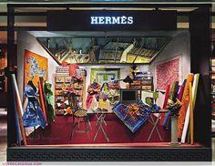 Isabelle de Borchgrave - Painter, designer, artist, visual artist, discover its amazing dresses and creations of paper ! Retail Windows, Store Windows, Fashion Shop Interior, Hermes Window, Shop Signage, Store Window Displays, Visual Display, Window Dressings, Merchandising Displays
