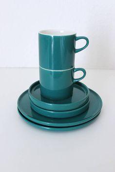 Melitta Stockholm grün, Kaffeeservice, Tassen, Teller, Germany  Perfekt für 2 ist dieses alte Set von Melitta in dem schönen Grünton.  Es besteht aus: - 2 Tassen - 2 Untertellern - 2 Kuchentellern  Das Geschirr ist in einem guten Vintage-Zustand.  Hersteller: Melitta Germany gemarkt  Maße:  Tasse Höhe: 6 cm   2.36 inch Durchmesser Unterteller: 12,5 cm   4.92 inch Durchmesser Kuchenteller: 18 cm   7.08 inch  Gewicht: 1174 g  Der Versand erfolgt aus Deutschland! Kombiversand möglich. Bitte…