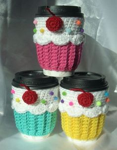 Cup cozy, crochet cozy, coffee cozy pattern, gato crochet, cupcake in a . Crochet Coffee Cozy, Crochet Cozy, Crochet Gifts, Cute Crochet, Crochet Cupcake, Coffee Cup Cozy, Coffee Cozy Pattern, Cupcake In A Cup, Christmas Crochet Patterns