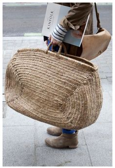 wicker tote (plus a nod to Kinfolk) My Bags, Purses And Bags, Basket Bag, Big Basket, Straw Tote, Clutch, Mode Outfits, Mode Inspiration, Color Inspiration